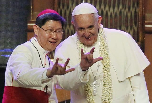 Le pape accusé d'être un illuminati  par ce symbole de la main!