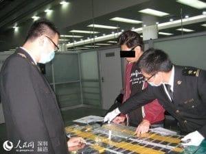 Attrapé à la frontière, Il cachait 94 Iphones sur lui - PHOTOS