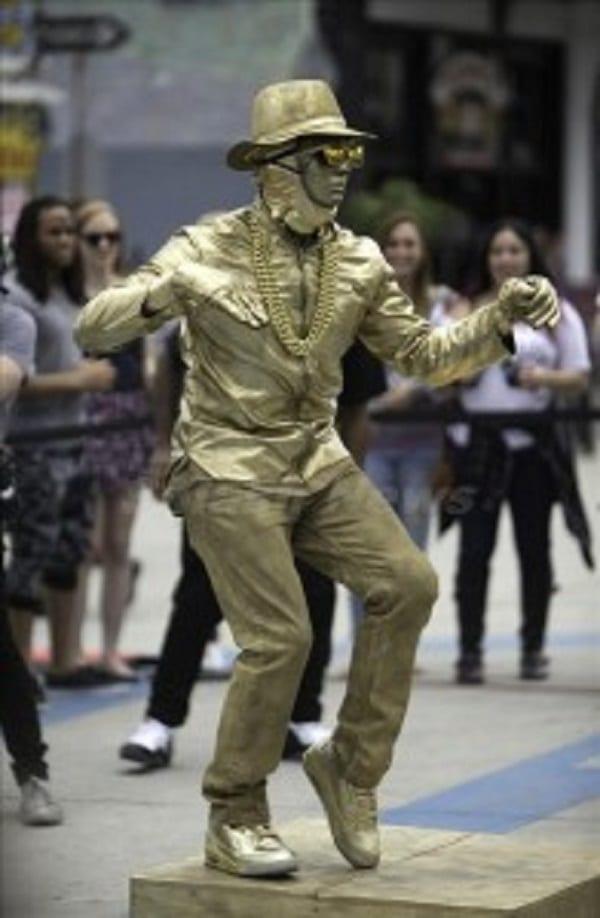 Usher se déguise et danse dans les rues de Californie: photos