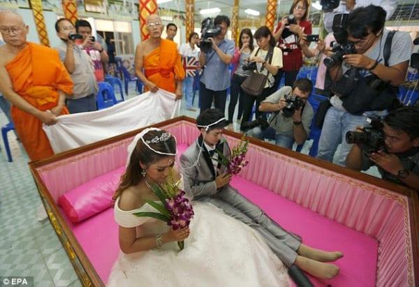 Thaïlande: des couples se marient dans un cercueil le jour de la st Valentin(photos)