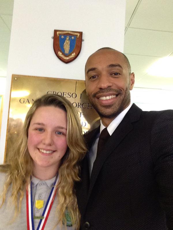 Thierry Henry se déguise pour remettre un prix à une étudiante: vidéo