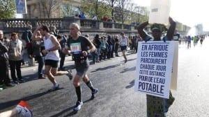Elle court le marathon de paris avec un bidon sur la tête et rentre en Gambie avec un puits (Photo et Vidéo)
