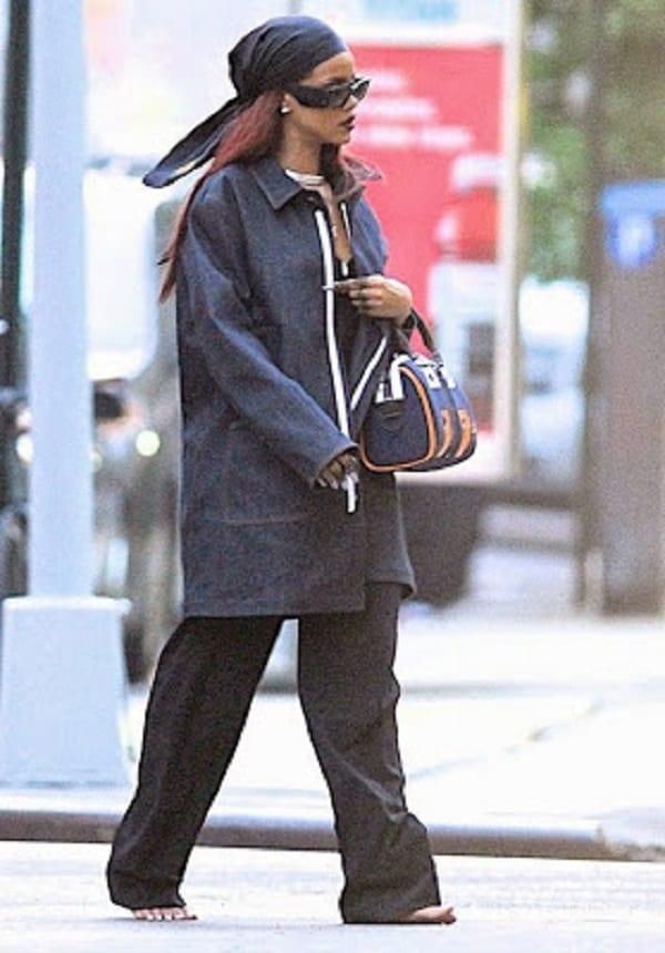 Rihanna marche nus pieds dans les rues de New York