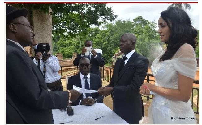 Le gouverneur nigérian (63ans) épouse ce top model d'origine cap verdienne de 30 ans