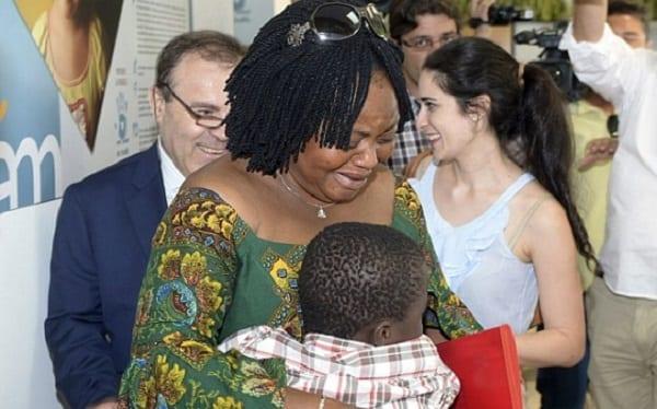 L'enfant ivoirien caché dans une valise retrouve sa mère: photos