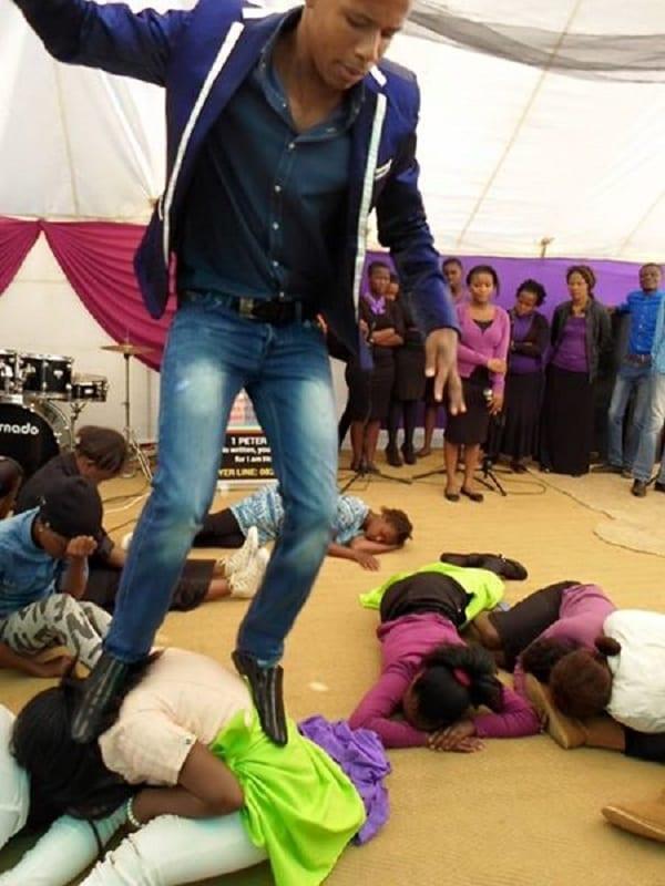 Ce pasteur Sud-Africain fait manger des serpents vivants et des pierres à ses fidèles: PHOTOS