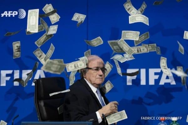 Le président de la FIFA Sepp Blatter humilié par une pluie de faux billets en dollars