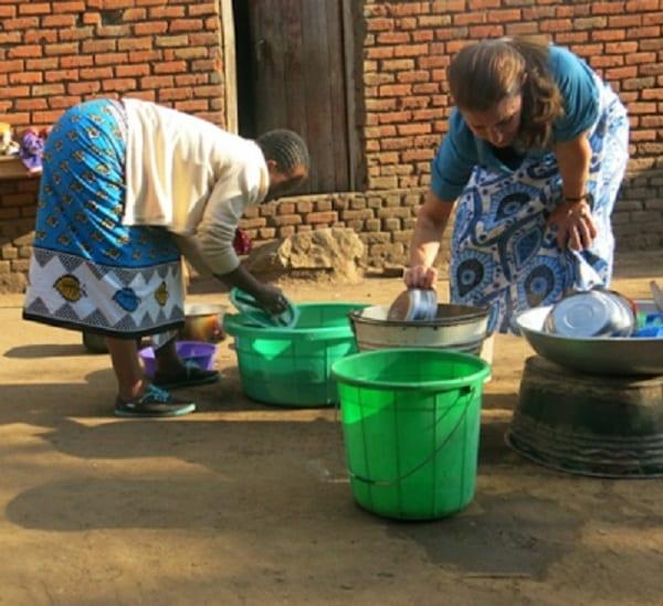 Bill Gates: Son épouse transporte de l'eau sur sa tête et fait la vaisselle en Malawi (photos)