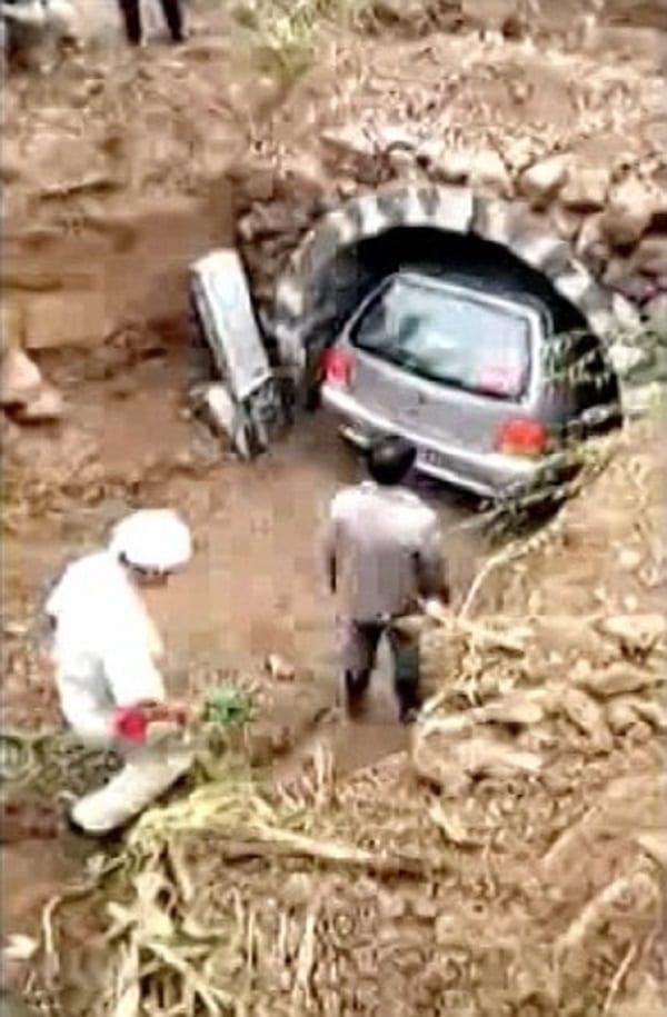 Chine: Un homme se fait enterrer dans sa voiture (PHOTOS)