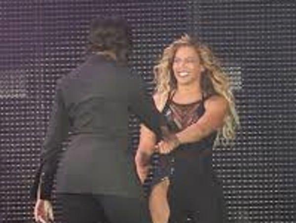 Michelle Obama et Beyoncé s'embrassent sur scène: PHOTOS