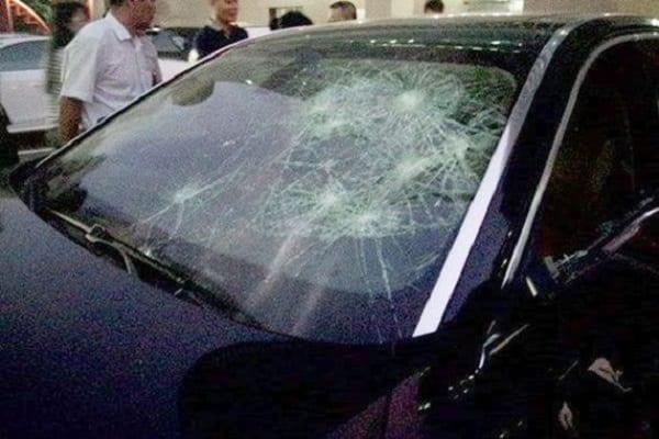 Une femme detruit la voiture de luxe de son infidèle de mari avec un marteau: PHOTOS