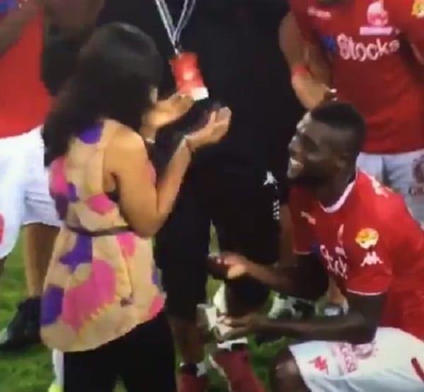 Un footballeur nigerian demande sa copine en mariage sur le terrain: PHOTOS
