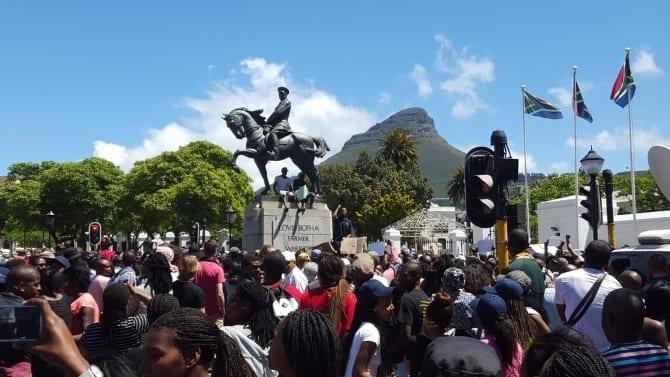Les étudiants Sud-africains entrent de force au parlement