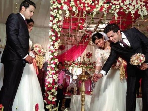 Des jumeaux se marient à des jumelles lors d'une cérémonie présidée par des prêtres jumeaux: PHOTOS