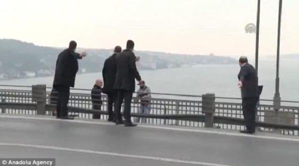 Turquie: Le président empêche un suicidaire de sauter du pont du Bosphore (PHOTOS)