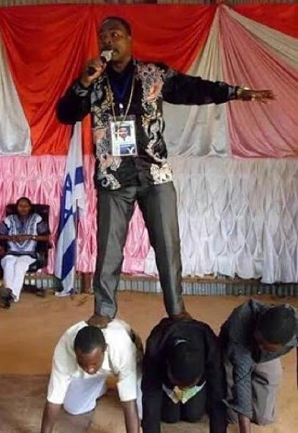 Tanzanie: Incroyable,Un pasteur se fait porter, ses pieds sont interdits au sol