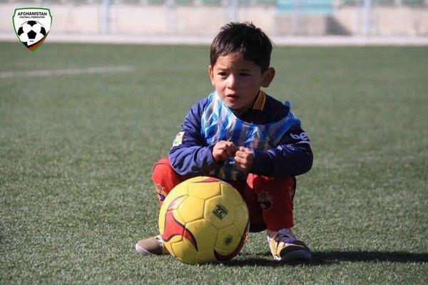 Le petit garçon au sac poubelle reçoit un vrai kit de Lionel Messi: PHOTOS