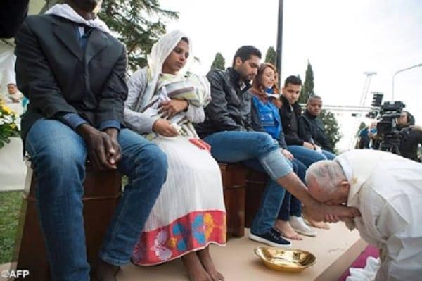 Le pape François lave et embrasse les pieds de réfugiés croyants: PHOTOS