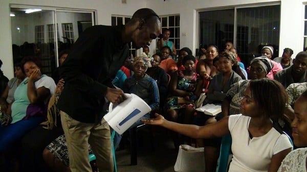 """Afrique du Sud: Un pasteur fait """"des miracles"""" en versant de l'eau bouillante sur sa congrégation (PHOTOS)"""