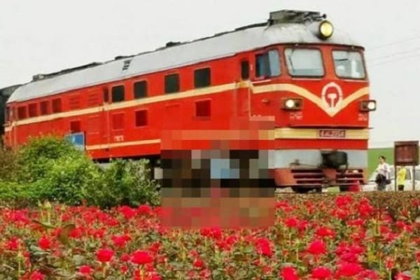 Chine: faisant un selfie, une adolescente est percutée par un train