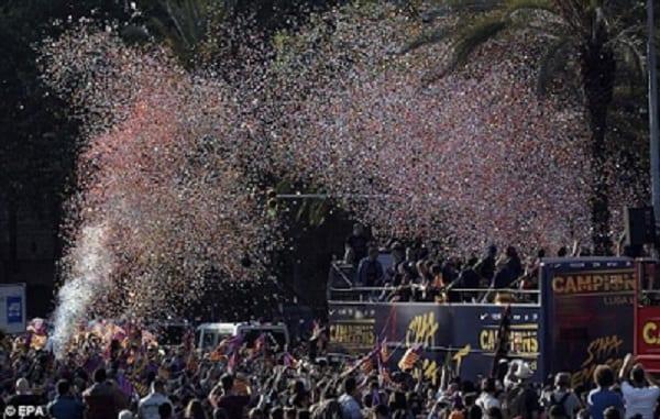 FC Barcelone : Les meilleurs moments de la célébration du titre de champion dans les rues de Barcelone: PHOTOS